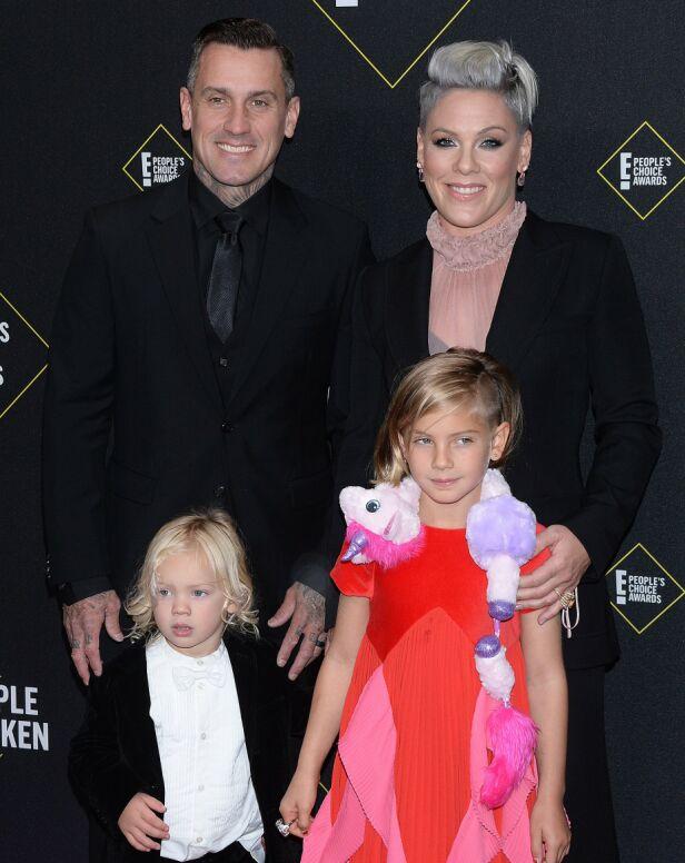 FAMILIEN: Her er Pink avbildet sammen med ektemannen Carey Heart, datteren Willow Sage og sønnen Jameson Moon Hart i november i fjor. Foto: NTB Scanpix