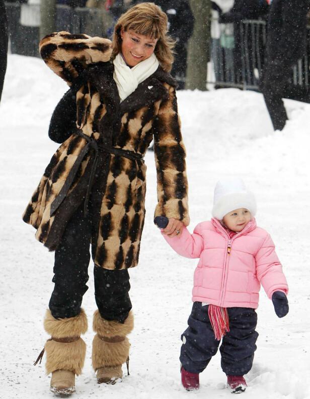 <strong>FEIRET BESTEFAR:</strong> Märtha Louise og Leah Isadora i forbindelse med kong Haralds 70-årsdag i 2007. Foto: NTB Scanpix