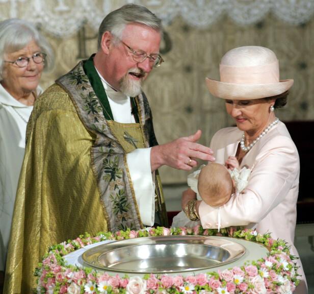 <strong>STOR DAG:</strong> Dronning Sonja bar Leah Isadora til dåpen i Slottskapellet for snart 15 år siden. Foto: Lise Åserud / NTB Scanpix