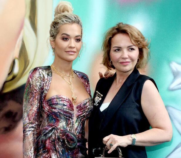 HYLLES: Rita Ora roser mora Vera for jobben hun gjør under coronakrisen. Nå vil hun selv hjelpe til. Foto: NTB Scanpix