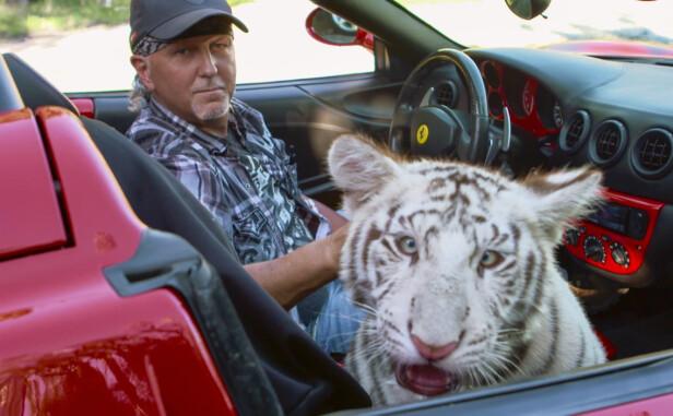 TYPE: Jeff Lowe eier i dag dyrehagen Joe Exotic drev i Oklahoma. Han hevder nå at det kommer mer snacks på Netflix for fansen. Her er han fotografert på en alminnelig biltur med en hvit tiger. Foto: Netflix