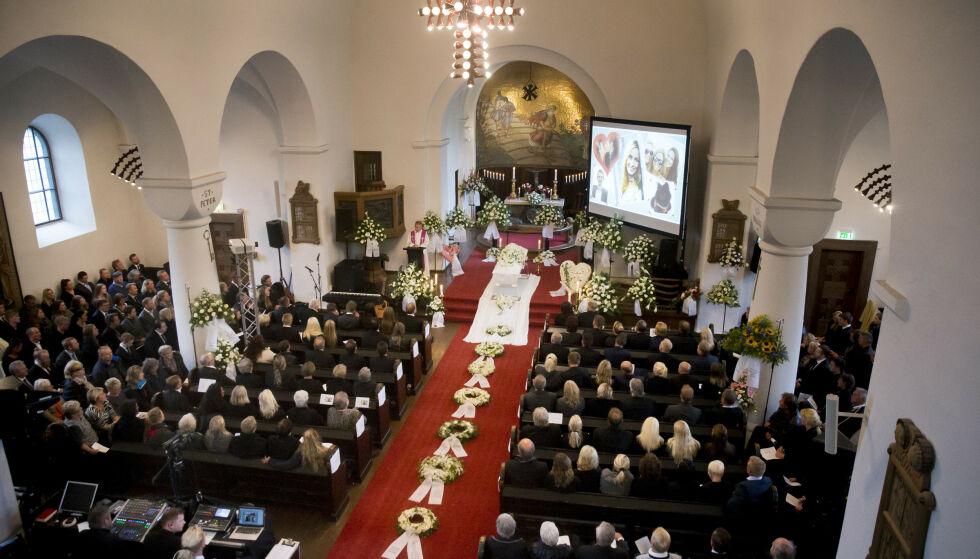 FULLSATT KIRKE: Begravelsen i Skien ble emosjonell. Foto: NTB scanpix