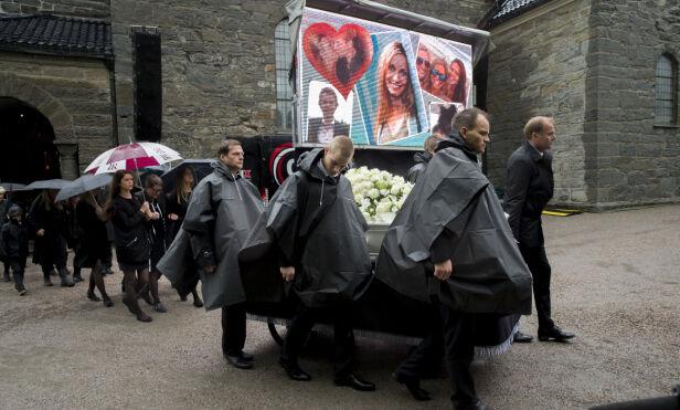 PERSONLIG: En skjerm med bilder av Liv Marit på gjorde begravelsen mer personlig. Foto: NTB scanpix