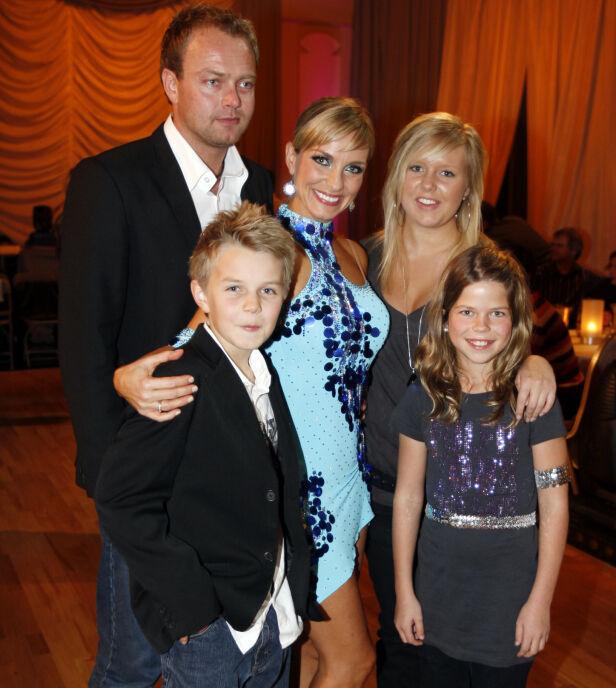 HELE FAMILIEN: Her er hele familien samlet i 2007. Bergans sønn Anders poserer med stesøstrene Charlén og Stine. Foto: NTB scanpix
