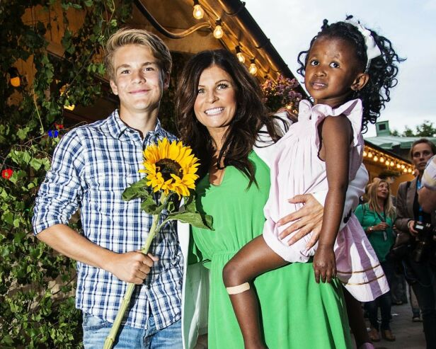 TOBARNSMOR: Carola med sønnen og datteren Zoe (11) en sommerdag i 2013. Foto: Scanpix.
