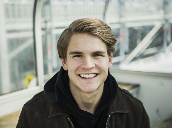 VOKSEN: Amadeus har på mange måter vokst opp i rampelyset sammen med sine to foreldre, Carola og Runar. Nå er han blitt 22 år og satser på en fotballkarriere. Foto: Aftonbladet / NTB Scanpix