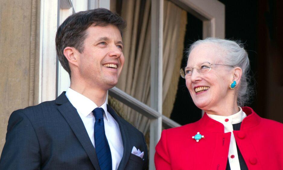 SNAKKER UT: De danske kongelige er moderne og frittalende, men dronning Margrethe er kanskje den som holder mest tilbake. Nå har hun derimot bestemt seg for å ta bladet fra munnen vedrørende sønnens hytteskandale. Her er hun fotografert med sønnene - kronprins Frederik og prins Joachim. Foto: NTB scanpix
