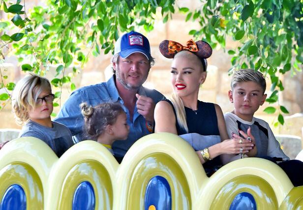 STEFAR: Blake Shelton skal ha fått et tett bånd med Gwens tre sønner. Her sammen med dem i 2016. Foto: NTB Scanpix