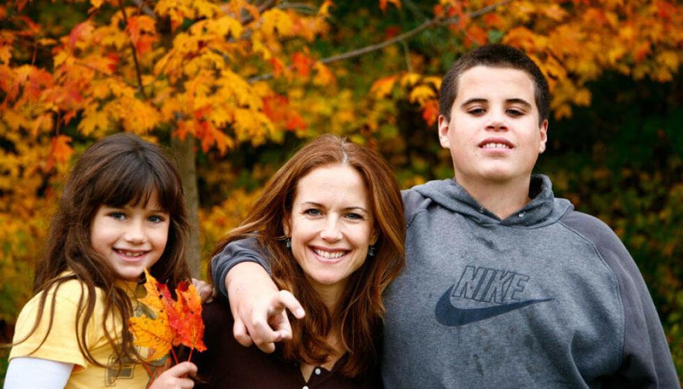 SORG: Travolta-familien opplevde en stor sorg i 2009, da sønnen Jett mistet livet. Her er mamma Kelly Preston med barna Ella og Jett samme år. Foto: NTB Scanpix
