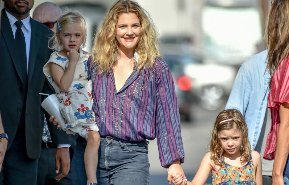 IKKE ENKELT: Filmstjernen Drew Barrymore har fått kjenne på lærerollen for sine to døtre Frankie og Olive som følge av coronaviruset. Det skulle vise seg å ikke bare være enkelt for tobarnsmoren. Foto: NTB Scanpix