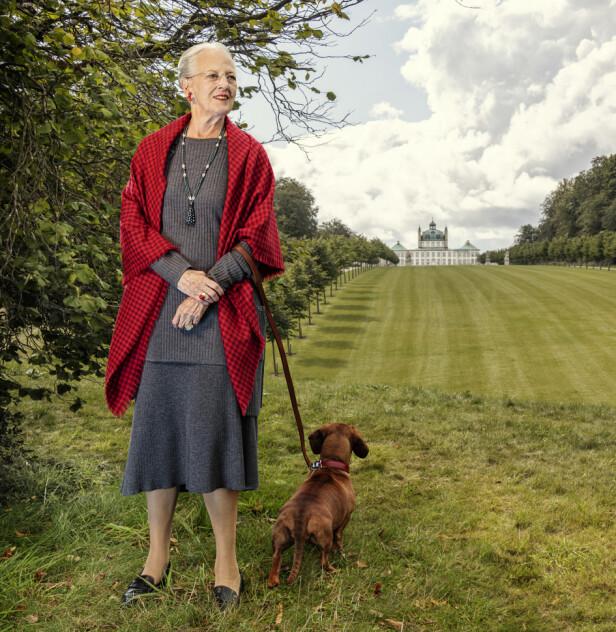 HYLLES: Fotografen er svært glad for at dronningen tok med hunden Tilia på portrett bildene. Foto: Per Morten Abrahamsen / Det danske kongehuset