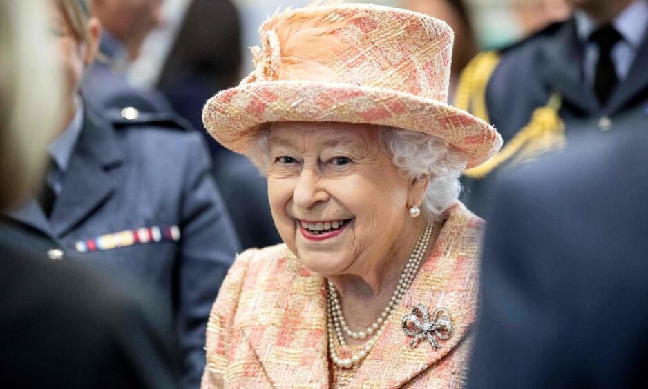 MORGENRUTINE: Det har flere ganger blitt avslørt ulike ting om dronning Elizabeth. Nå vekker imidlertid morgenrutinen hennes oppsikt. Foto: NTB Scanpix