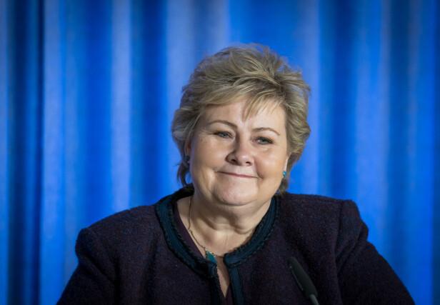 OVERRASKET: I selskap med flere av verdens største stjerner dukket plutselig Erna Solberg opp under kveldens tv-sending. Foto: NTB Scanpix
