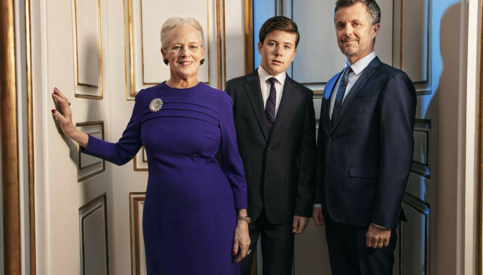 TRE GENERASJONER: Dette portrettet er av tre generasjoner, der både kronprins Frederik og prins Christian en dag skal arve tronen etter dronning Margrethe. Foto: Per Morten Abrahamsen / Det danske kongehuset