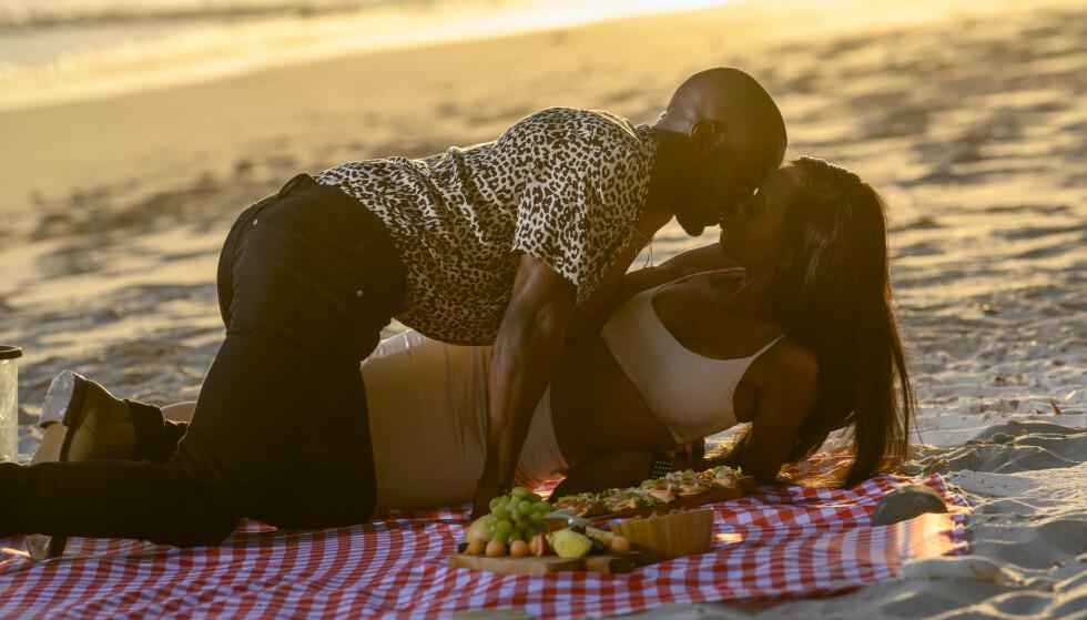 DYRT: Et kyss betyr at 31 200 kroner trekkes fra den endelige potten. Det gjelder å motstå fristelsene. Foto: Netflix