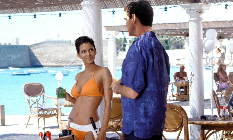 UHELL: En uheldig fiken-opplevelse gjorde at Pierce Brosnan måtte ta Heimlichs manøver på Halle Berry under James Bond-innspillingen. Her er skuespillerduoen avbildet i en scene fra filmen. Foto: NTB Scanpix