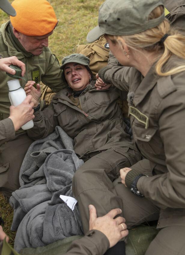LEGEHJELP: Wanda Mashadi måtte få legehjelp og ble kjørt bort i ambulanse etter å ha skadet seg. Foto: Matti Bernitz / TV 2