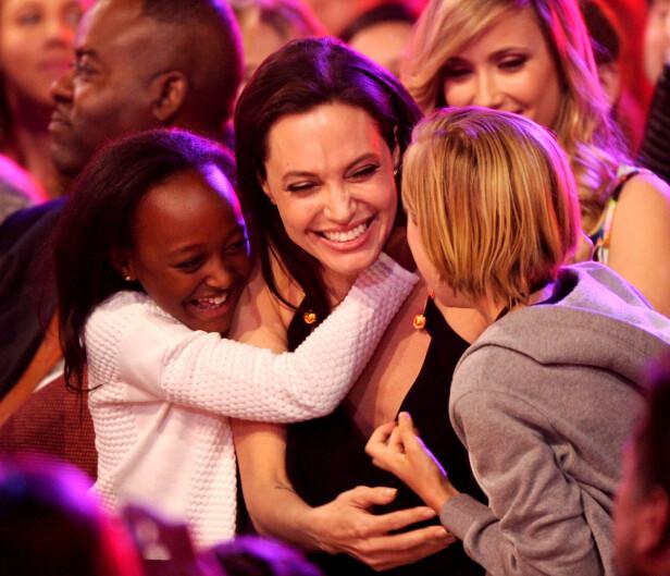 SEKSBARNSMOR: Her er Angelina Jolie avbildet sammen med datteren Zahara og sønnen Shiloh i 2015. Foto: NTB Scanpix