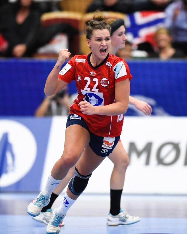 DYKTIG: Her er Amanda Kurtovic avbildet etter at hun scoret et mål i kampen mellom Danmark og Norge i 2016. Foto: NTB Scanpix