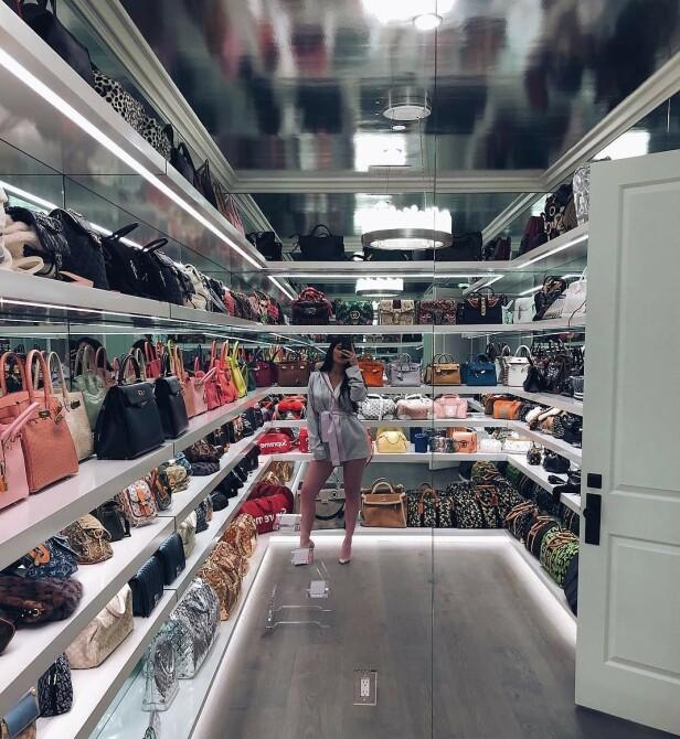 ELLEVILT: I 2018 viste Kylie Jenner frem deler av veskesamlingen sin på Instagram. Her ser man modeller fra Gucci, Hermés, Louis Vuttion og Chanel, for å nevne noen. Foto: Instagram / Kylie Jenner
