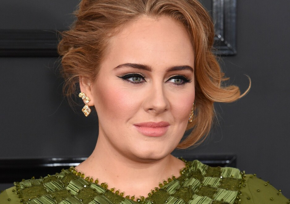 OVERBEVIST: Fans er skråsikre på at Adele Adkins har lagt seg under kniven, og at den enorme forvandlingen ikke bare er trening og kosthold. Her er hun avbildet under Grammy Awards i 2017. Foto: NTB scanpix
