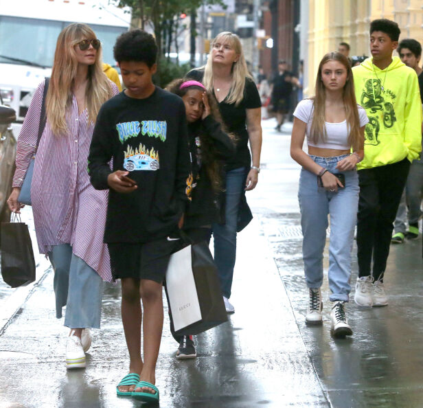 HEGNER OM PRIVATLIVET: Heidi Klum er kjent for å beskytte sine fire barn. Her er mor og barn i New York i 2019. Foto: NTB Scanpix
