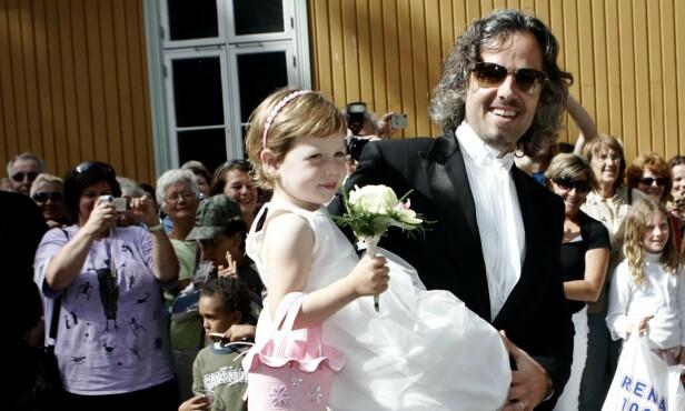 <strong>STOLT PAPPA:</strong> Maud Angelica har arvet det kunstneriske fra sin far. Her er far og datter avbildet i 2007, da Maud Angelica var brudepike i bryllupet til Aris foreldre og hennes besteforeldre. Foto: NTB Scanpix