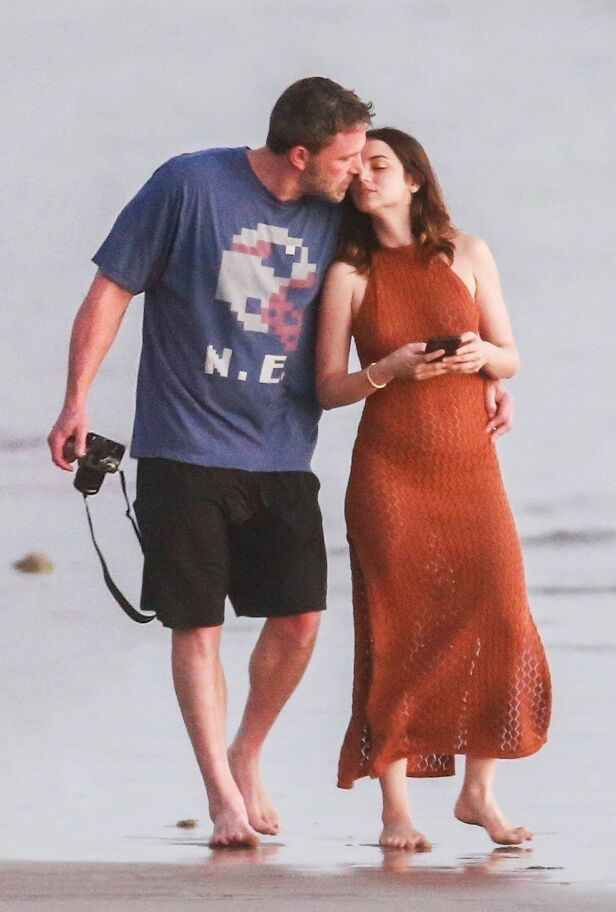 ROMANTISK: Ben Affleck og Ana de Armas så ut til å ha en svært romantisk spasertur på stranden i Costa Rica. Foto: Backgrid/ NTB scanpix