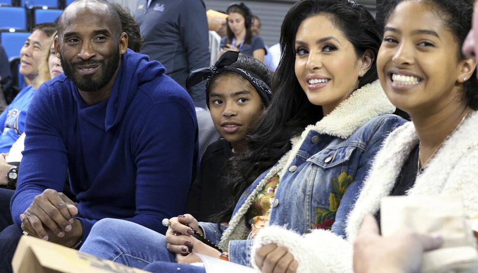 STORT SAVN: Vanessa Bryant opplevde enhvers største mareritt da hun mistet ektemannen Kobe Bryant og dattera Gianna i en helikopterulykke i januar. Her sammen med Kobe og døtrene Gianna og Natalia under en basketballkamp i Los Angeles i 2017. Foto: NTB Scanpix.
