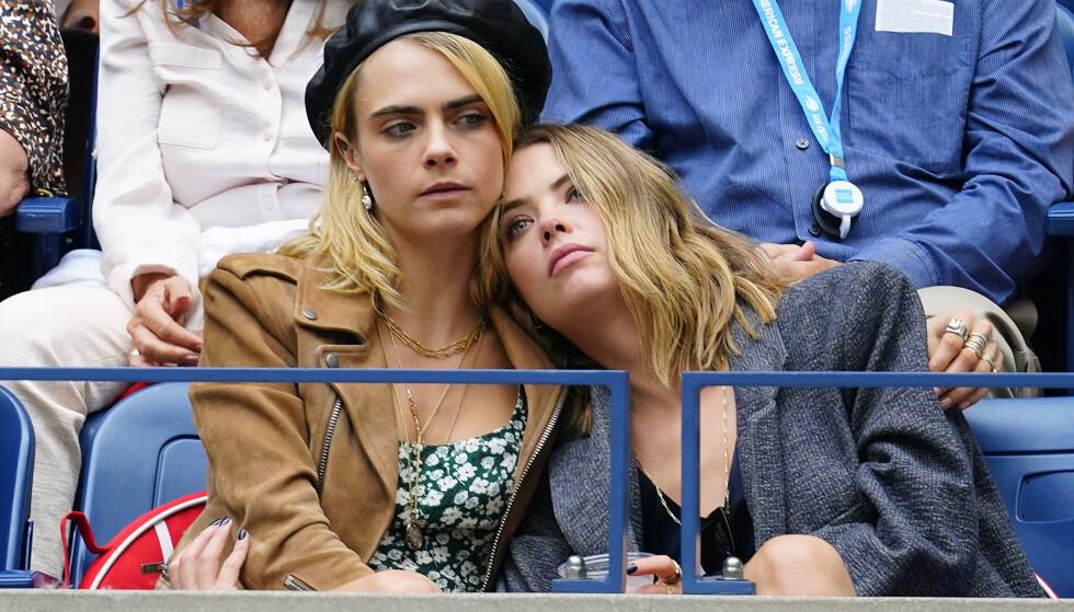 OVER: Ifølge People skal Cara Delevingne og Ashley Benson ha gått hver til sitt. Her koser paret seg sammen under US Open i New York i september i fjor. Foto: NTB Scanpix