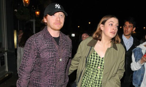 MEDIESKY: Her er et av få bilder hvor Rupert Grint og Georgia Groome er avbildet sammen. Det er tatt i London i fjor sommer. Foto: NTB Scanpix