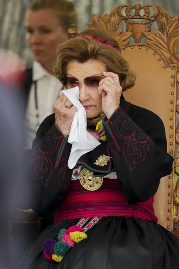 GRÅTER: Dronning Sonja tok til tårene under seremonien. Foto: NTB Scanpix