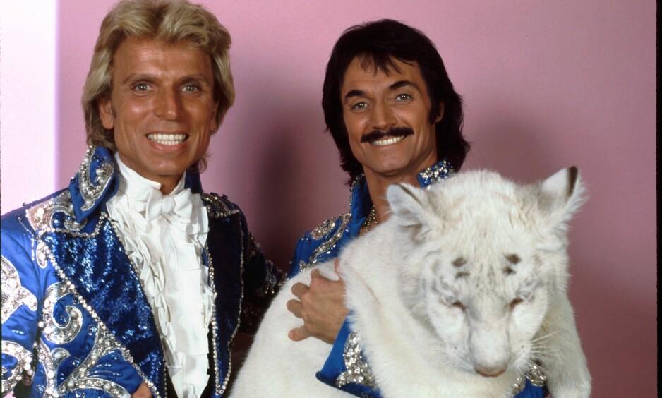 <strong>DØDE:</strong> Roy Horn (t.h.) døde av coronaviruset. Her er han sammen med partneren gjennom mange år, Siegfried Fischbacher, i 1983. Duoen er kjent for sine berømte show med tigere og trylleri. Foto. NTB Scnapix