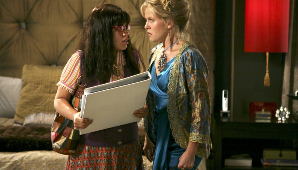 BLE MAMMA IGJEN: «Ugly Betty»-stjernen America Ferrera (t.v.) er blitt mor for andre gang. Her i en scene fra serien sammen med Ashley Jensen. Foto: Abc-Tv/ Kobal/ REX/ NTB scanpix