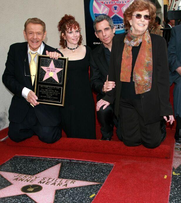 BLE HEDRET: Her er Jerry Stiller avbildet med datteren Amy Stiller, sønnen Ben Stiller og kona Anne Meara i 2007, da han og kona ble hedret med en felles stjerne på Hollywood Walk of Fame. Foto: NTB Scanpix