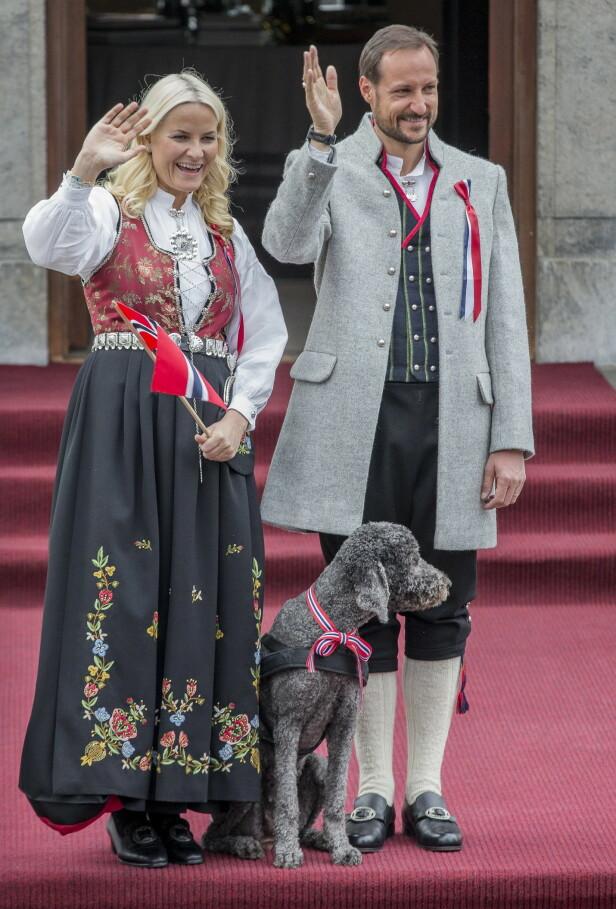 LIK BUNAD: Kronprinsesse Mette-Marit har flere bunader, blant andre denne rogalandsbunaden. Foto: Stian Lysberg Solum / NTB Scanpix