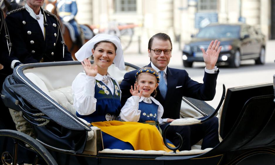 <strong>INGEN FEST I ÅR:</strong> Hvert år pleier den svenske kongefamilien å være på Skansen i Stockholm. I år blir imidlertid feiringen helt annerledes - grunnet coronaviruset. Her er kronprinsesse Victoria, ektemannen prins Daniel og dattera Estelle på nasjonaldagen i fjor. Foto: NTB Scanpix