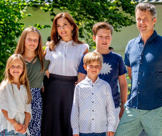 SAMLET: Her er hele familien bestående av kronprins Frederik, kronprinsesse Mary og de fire barna prins Christian, prinsesse Isabella, prins Vincent og prinsesse Josephine. Foto: NTB Scanpix