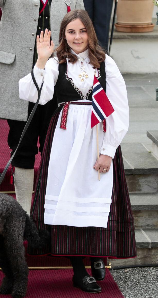 FØDSELSGAVE: Da prinsessen kom til verden i 2004, fikk hun bunader for hele livet fra Vest-Agder. Foto: Lise Åserud / NTB