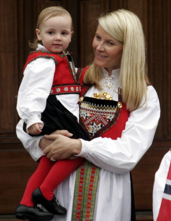 LIK BUNAD: I 2006 bar Ingrid Alexandra Hardangerbunaden hun fikk til dåpen i to år tidligere. Kronprinsesse Mette-Marit fikk sin Hardangerbunad i bryllupsgave i 2001. Foto: Jarl Fr. Erichsen / NTB Scanpix