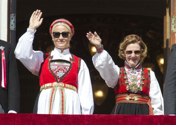 BRYLLUPSGAVE: Kronprinsessa fikk denne Hardangerbunaden da hun giftet seg med kronprins Haakon i 2001. I anledning markeringen av Grunnlovens 200-årsjubileum, stilte både Mette-Marit og Sonja i bunad på slottsbalkongen i 2014. Foto: Andreas Fadum / Se og Hør