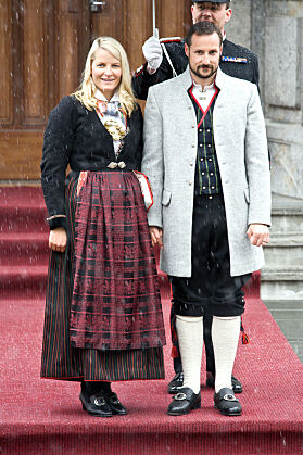 FRA HJEMFYLKET: Bunaden fra Vest-Agder hadde plisséstakk da kronprinsessen fikk den i 2005. Tre år seinere fikk hun sydd den om, slik at skjørtet ble stripete. Foto: Andreas Fadum