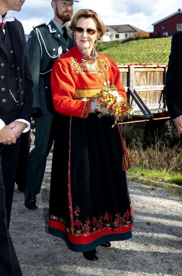 SPESIELL BUNAD: Dronninga i sin bunad fra Øst-Telemark under et besøk i Bø i Telemark i fjor. Foto: Andreas Fadum / Se og Hør