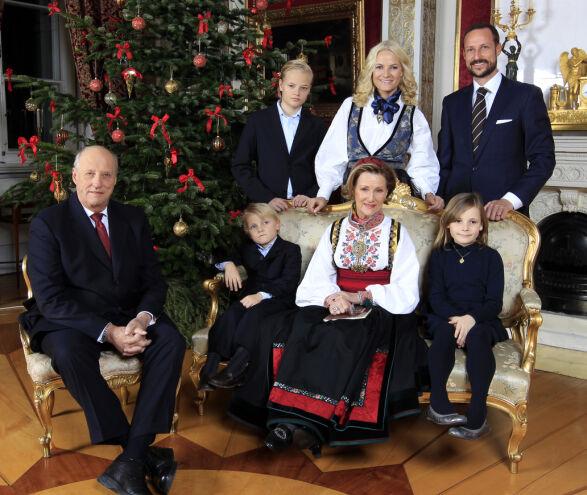 JULEFEIRING: Under julefotograferingen i 2011 hadde dronninga på sin beltestakk fra Telemark. Kronprinsessen bar også bunad. Foto: Lise Åserud / NTB Scanpix