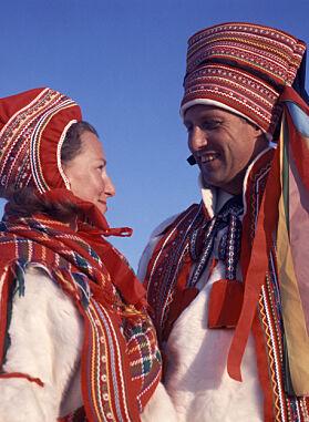 SAMEDRAKT: I 1969 besøkte Sonja og Harald Karasjok og mottok hver sin samedrakt i gave. Foto: Jan Dahl / NTB Scanpix