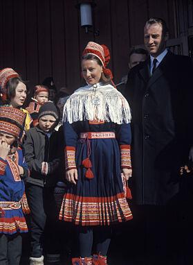 GAVE: Mens Harald gikk i dress, bar Sonja samedrakta utenfor Kautokeino kirke i 1969. Foto: NTB Scanpix