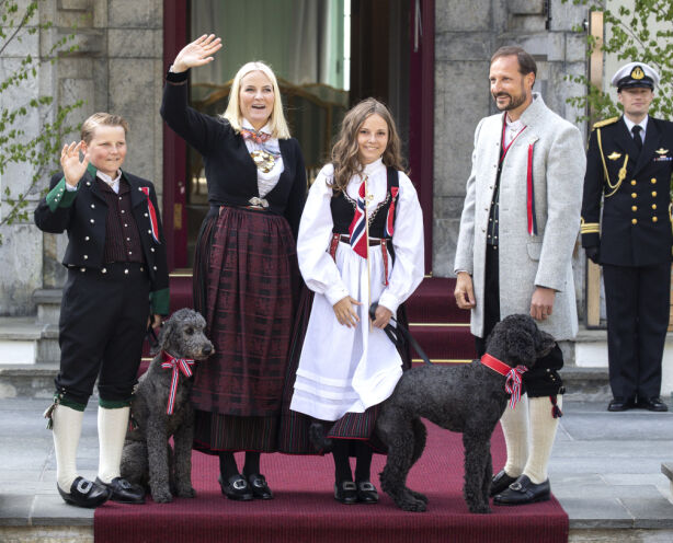 FESTKLARE: I 2018 stilte hele kronprinsfamilien opp i hver sin bunad. Mens kronprinsen bar sin askerbunad, hadde Mette-Marit og barna på bunader fra Vest-Agder. Foto: Andreas Fadum / Se og Hør