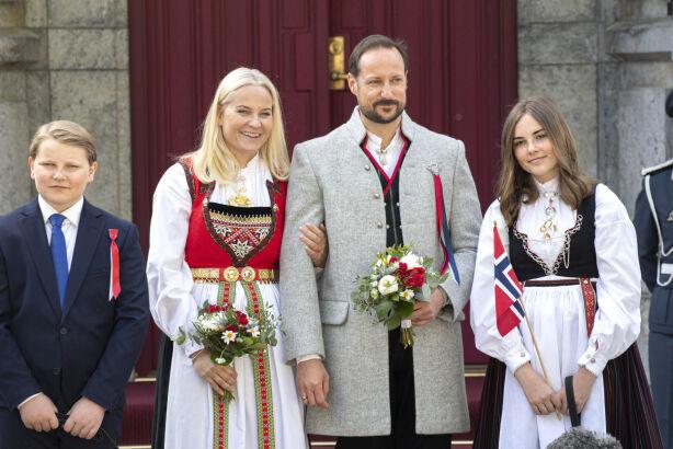 FORSKJELLIGE BUNADER: I fjor droppet prins Sverre Magnus bunaden, mens resten av kronprinsfamilien stile i hver sin. Foto: Andreas Fadum / Se og Hør