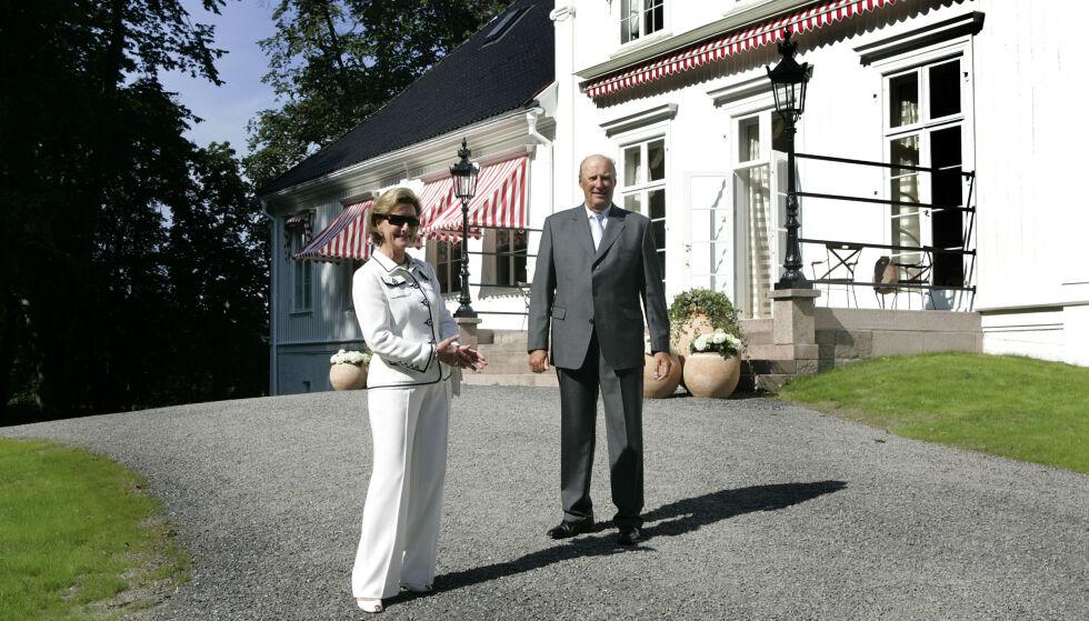 KONGSGÅRDEN: Sonja og Harald utenfor Bygdøy Kongsgård i 2007. Foto: NTB Scanpix
