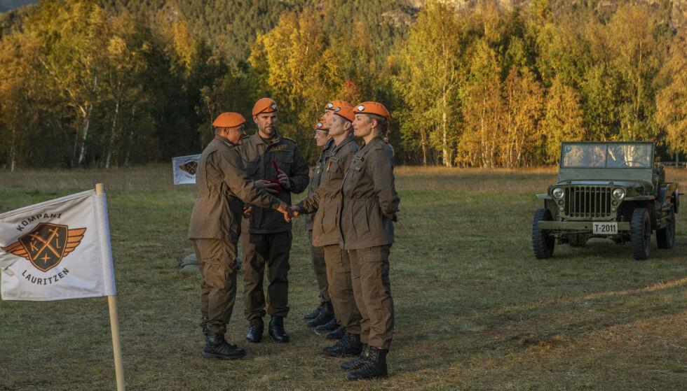 HØYTIDELIG: Alle deltakerne fikk utdelt en medalje av oberst Lauritzen. Foto: Matti Bernitz / TV 2